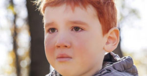 """Ryšavé 3-ročné dieťa bolo šikanované a označovali ho za """"škaredé"""". Chlapcova reakcia láme srdce"""