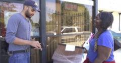 Bezdomovkyni dali balík peňazí a začali ju sledovať. Po chvíli zostali v údive, na čo to minula