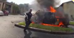 Policajt zachránil muža z horiaceho vozidla (Hrdina dňa)
