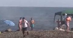 Obchodníkov s drogami na pláži zastavili turisti