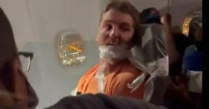 Obťažoval letušky, tak ho páskou prilepili k sedadlu (USA)