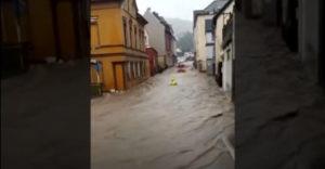 Ľudia počas povodne zachránili hasiča (Nemecko)