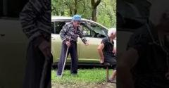 97 ročný dedo dráždi babku (Neprekukla ho)