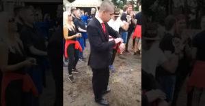 Muž v obleku netrpezlivo čaká na to, kým dropne beat (Festivalová podívaná)
