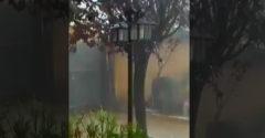 Muž dúfa, že jeho brána odolá záplavám (Španielsko)