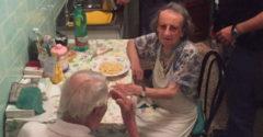 Susedia nahlásili starší pár, pretože celý čas plakali. Policajti vošli do ich bytu a onemeli