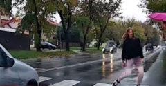 Poľský vodič takmer zrazil dvoch chodcov na prechode