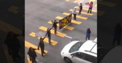 Ako ukončiť protest uprostred premávky (Prekvapení demonštranti)